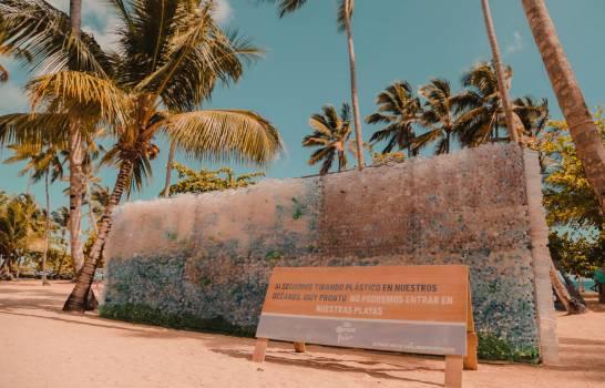 Un muro de plásticos invita a proteger playas por el Día Mundial de la Tierra